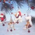 Weihnachtsfestartikel, aus anderen Stoffen als Glas, sog. Hänger X-Mas Mix Stoff, Artikel Nr. 60662.  Es handelt sich um vier ca. 14 cm große Anhänger aus Spinnstoff, jeweils zwei in Sternen-...
