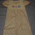 GIRLS KNITTED PRINTED COTTON DRESS INTENDED TO COVER THE BODY FROM THE SHOULDER TO MID-THIGH. WITH SHORT PUFFED SLEEVES WITH FLUTED HEMS. WITH A CREW NECK AND APPLIED DECORATION TO THE CHEST....