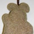 Ziergegenstand in Form eines ca. 11 cm großen, stilisierten Hasen. Die Tierfigur besteht aus einem formgebenden Korpus aus einem geschäumten Kunststoff im Sinne der Anmerkung 1 zu Kap 39, der...