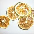 Enkel gedroogde mandarijnenschijfjes. De door het drogen geharde fruitschijfjes hebben -volgens opgave- een zwavelbehandeling ondergaan, waardoor deze schijfjes ongeschikt zijn voor menselijke...