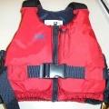 Geweven kledingsstuk, tweekleurig, van 100 % oxford nylon, zonder mouwen en voorzien van schouderbanden, een zogenaamd zwemvest.  Aan de onderzijden van de wijde armsgaten is elastische band...