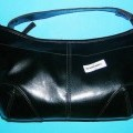 Handtasche, siehe Foto,  - mit einer Außenseite aus Kunststofffolien (lederartig geprägt, lt. Antragsangaben 100 %    PVC) auf einer Unterlage aus Spinnstoffen, schwarz,  - mit den Abmessungen...