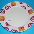 Geschirr aus Porzellan, Dessertteller, siehe Foto,  - mit einem Durchmesser von ca. 19 cm und einer Höhe von ca. 2,5 cm,   - Grundfarbe des Tellers weiß, auf dem Rand mit abstrakten Motiven...
