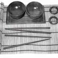 """""""Sushi-Set"""", - aus zwei runden Schalen (Durchmesser ca. 9 cm, ca. 6 cm hoch) aus Gummibaumholz    (Hevea brasiliensis),   - einer Platte (LxB: ca. 22 x 11,50 cm) aus Gummibaumholz  -..."""