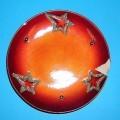 """Ziergegenstand zur Innenausstattung, sog. Deko-Teller """"Stern, rot"""", siehe Foto,  - unglasierter, roter, runder Zierteller, mit erhaben ausgeführten Sternen und Kugeln, die mit    ablösbarem..."""