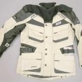 """Zwei miteinander verbundene Kleidungsstücke, bestehend aus einer anorakähnlichen Ware (Außenteil) und einer windjackenähnlichen Ware (Innenteil), sog. Jacke """"Pathfinder"""", Größe..."""