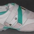 Trainingsschuhähnliche Schuhe (siehe Foto) - mit Laufsohlen aus (lt. Antrag) Kautschuk, - mit Oberteil (geschlossenes Blatt) aus Leder, - auf das Oberteil sind an mehreren Stellen Stücke aus...