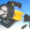 Tragbare elektrische Leuchte (Abbildung siehe Anlage), - aus einem robusten Kunststoffgehäuse (Spritzwasser geschützt) mit Druckschalter,    Ladebuchse, Handgriff und Ausstellfuß, mit integriertem...