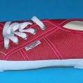Trainingsschuhähnliche Schuhe - siehe Bild - mit Laufsohlen aus Kautschuk (lt. Antrag) - mit Oberteil aus Spinnstoff - mit Verstärkungsteilen aus Kunststoff - nicht mit Dornen, Krampen, Klammern,...