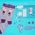 Mehrteilige Zusammenstellung bestehend aus zwei Haarspangen, einem Spiegel, einer Bürste, Waren zum Schmücken und Zusammenhalten der Haare und einem Paar Kindersocken (nicht Gegenstand dieser...