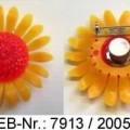 """""""Blinkpin""""; es handelt sich um Anstecker in Form einer stilisierten Sonnenblume aus Kunststoff, die unter der Kunststoffblüte mit batteriebetriebenen Leuchtdioden ausgestattet sind. Auf..."""