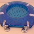 Toilettensitz mit Deckel aus einem blau gefärbten, transparenten Kunststoff im Sinne der Anmerkung 1 zu  Kapitel 39 (charakterverleihend) mit eingelassenem, stilisierten Sternenhimmel mit Mond....