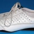 Trainingsschuhähnlicher Schuh; lt. Antrag: Sportschuh Sneaker, Art. 23603 - siehe Bild - mit Laufsohlen aus Kunststoff (lt. Antrag) - mit Oberteil (geschlossenes Blatt) aus Leder - nicht mit...