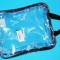 Anderes Behältnis, sog. Tragetasche, siehe Photo,  - mit einer Außenseite aus klarsichtigen Kunststofffolien, - mit den Abmessungen 27 (B) x 32 (H) x 10 (T) cm,   - mit Reißverschluss am oberen...