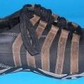 Trainingsschuhähnliche Schuhe, Art.-Nr. 2-24-11-0469-6, siehe Foto,  - mit Laufsohlen aus Kunststoff (lt. Antrag),  - mit Oberteil (geschlossenes Blatt) aus Leder,  - auf das Oberteil sind Stücke...