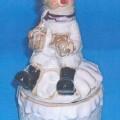 Weihnachtsfestartikel aus anderen Stoffen als aus Glas, sog. Box mit Schneemann aus Porzellan, Artikel 6051. Es handelt sich um ein ca. 18 cm großes Erzeugnis aus Porzellan. Es besteht aus einer...