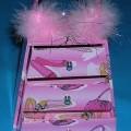 Schachtel für Schmuckwaren, sog. Schmuckkästchen mit Schubladen, siehe Foto, - Schmuckkästchen, trapezförmig, - mit einer Außenseite aus beschichtetem, buntbedrucktem Papier, -- die Beschichtung...