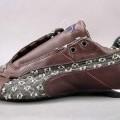 """Trainingsschuhähnliche Schuhe (lt. Antrag Motorsportschuhe """"Future Cat Low Jeans SW"""",  Art.-Nr. 300936), siehe Foto,  - mit Laufsohlen aus Kautschuk (lt. Antrag),  - mit Oberteil (geschlossenes..."""