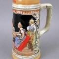 Geschirr zum Tischgebrauch, Bierkrug aus Steinzeug, siehe Foto,  - bunt bemalter, glasierter Bierkrug mit Henkel,  - außen mit einem reliefartigen Muster und Schriftzug - mit einer Höhe von...