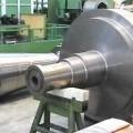 Rotor (Läufer) - aus einem gegossenen und geschmiedeten, unfertigen Rohling mit rundem Querschnitt    aus Stahl, mit erkennbaren ungefähren Umrissen eines Rotors für eine Dampfturbine    (Abbildung...