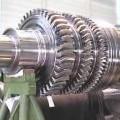 Rotor (Läufer) - aus einer gegossenen und geschmiedeten, fertig gefrästen Welle mit rundem Querschnitt    aus Stahl für eine Dampfturbine  (Abbildung siehe Anlage),  - nach dem Einsetzen der...