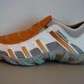 Een damesschoen met een bovendeel van textiel en een buitenzool van rubber met de volgende kenmerken: - de enkel niet bedekkend; - zonder sluiting, instapmodel; - in het bovendeel zijn stukken...