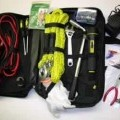 Pannenhilfe-Set für Kfz, - aus Starthilfekabel mit zwei Krokodilklemmen, Abschleppseil aus Chemiefasern mit je   einem Karabinerhaken an den Enden, Kleinkompressor, Taschenlampe, Radmutter- ...