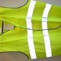 Een mouwloos veiligheidsvestje in de kleur geel, gemaakt van weefsel van 100 % synthetische vezels, dat door middel van klittenband aan de voorzijde (links over rechts) kan worden gesloten. Op...