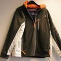 Een jasje vervaardigt van hoofdzakelijk fleece breiwerk en gedeeltelijk van weefsel van 100% polyester, met onder andere de volgende kenmerken: - een gehele opening aan de voorzijde voorzien...