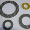 Axiálne krúžky, ktoré patria do kategórie klzných ložísk.  Zloženie: kovový podklad (oceľový alebo bronzový), medená vrstvička na oceľovom podklade, vrstva spekaného bronzu,...
