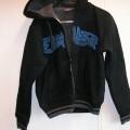 Een jas van breiwerk (50% katoen en 50% polyester) met de volgende kenmerken: - een gehele opening aan de voorzijde voorzien van een ritssluiting; - een capuchon met aantrekkoord; - lange...
