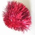 Pompon, sog. Katzenspielzeug, bestehend aus einem Bündel aus roten Garnen aus Spinnstoffen und metallisierten Streifen aus synthetischer Spinnmasse, die in der Mitte abgebunden sind und nach...
