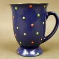 """Geschirr zum Tischgebrauch (lt. Antrag """"Point Mazagran"""", Art.-Nr. 45250), siehe Foto,  - glasierter, zweifarbiger (außen blau, innen gelb) Becher (Tasse) mit Henkel,  - auf der Außenseite..."""