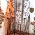 Anderes als in den Positionen 9401 und 9402 sowie der Unterposition 9403 10 erfasstes Möbel, zur Verwendung in der Wohnung, in Form einer Trennwand (Paravent, Wandschirm) aus unedlem Metall. Der...