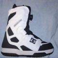 SNOWBOARDING BOOT. UPPER CONSISTS OF PLASTIC, TEXTILE AND LEATHER WHERE THE PLASTIC PREDOMINATES. COVERING THE ANLKE AND PART OF THE CALF. OUTER SOLE OF RUBBER. LACE FASTENING.  WITH BOA METAL...
