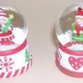 Ziergegenstand in Form einer Schneekugel, bestehend aus einem ca. 25 mm hohen, mit Herz- und Sterndekor verzierten Standsockel (Durchmesser ca. 40 mm) und einer aufgesetzten, fest verbundenen...