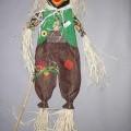 Andere konfektionierte Spinnstoffware (Dekorationsartikel), sog. Deko Rabe als Vogelscheuche, siehe Foto, - ca. 115 cm hohe Figur, einer Vogelscheuche ähnlich, bestehend aus:   -- einem Kopf...