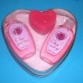 Geschenke-Set bestehend aus: einer Flasche (80 ml) Glitter Lotion (Körperlotion); einer Flasche (80 ml) Wash Gel, einem Stück Seife in Herzform, zusammen in einer offenen, herzförmigen Blechdose...