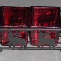 Ziergegenstand aus Glas, sog. Teelichthalter, siehe Photo, - zusammengesetzte Ware, bestehend aus - gewöhnlichem, rot gefärbtem Glas in Form zweier quadratischer Behälter, -- mit einer Kantenlänge...