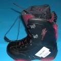Sportschuhe/ Snowboardschuhe, siehe Foto, - mit Laufsohlen aus Kautschuk, - mit Oberteil aus (lt. Antrag) Kunststoff (Spinnstofferzeugnis mit einer mit bloßem Auge   wahrnehmbaren Außenschicht...