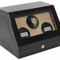 Uhrenbeweger - in Form eines vorne abgeschrägten Gehäuses mit Deckel und Glasscheibe,    darin integriertem Drehwerk mit Gleichstrommotor,    Mikroprozessor-Steuerung, Drehmechanik und drei...