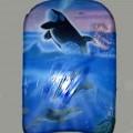 Artículo liso para la practica de deportes acuáticos elaborado con plástico forrado de materias textiles, tipo tabla de surf para niños, con unas dimensiones aproximadas de 42 cm. de largo,...