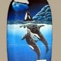 Artículo liso para la practica de deportes acuáticos, tipo tabla de surf, con unas dimensiones aproximadas de 84 cm. de largo, 46 cm. de ancho y 4 cm. de grosor. Está elaborado con plástico...