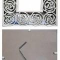 """""""Fotorahmen""""; es handelt sich um Bilderrahmen aus Stahl (Gesamtgröße 17 x 17 cm, lt. Antragstellerangabe) mit einem mit ornamentartig stilisierten Rosen verzierten Rand, der mit einem..."""