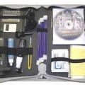 Reinigungsset - aus einem Handstaubsauger mit eingebautem Gebläse mit Elektromotor und Batteriefach   für vier 1,5 V AA-Batterien in einem Kunststoffgehäuse mit Betätigungsschalter in einem...