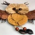 """""""Eule Dekoelement"""" - Tiernachbildung in Form einer fliegenden Eule (ca. 24,5 x 20 cm), mit einem scheiben-    förmigen Korpus aus Wellpappe, ohne eigene Zierwirkung, der zur Nachahmung..."""