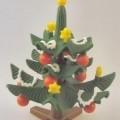 Bei der als Playmobil - Weihnachtsbaum mit Fuß, Art.-Nr. 30894402, bezeichneten Ware handelt es sich um die Nachbildung eines ca. 10 x 7 x 7 cm großen (H x B x T) und mit roten Kugeln, gelben...