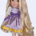 Sog. Kuschelpuppe, Disney Rapunzel, Art. 951019, s. Foto. Es handelt sich um eine ca. 29 cm große, bewegliche Puppe mit weichem Spinnstoffkörper und langem Haar, bekleidet mit Kleid und Schuhen. Die...