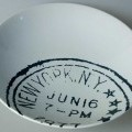 """Keramisches Geschirr, sog. Teller aus Steinzeug, Foto siehe Anlage, - weiße, glasierte, runde Schale; innen mit einem stempelartigen, runden Aufdruck   u.a. mit dem Schriftzug """"NEW YORK,..."""