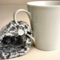 Geschirr zur Verwendung bei Tisch, sog. Kaffeetasse weiß, mit Strickteil, Abbildung siehe Anlage, - zusammengesetzte Ware bestehend aus:  - - Geschirr zum Tischgebrauch aus Porzellan,  - - -...